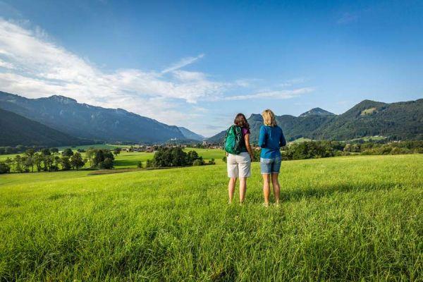 Chiemsee-Alpenland_djd_Herbst_zweiFrauenimAschau_600